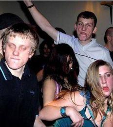 apparemment-cette-soiree-etait-forte-en-alcool-a-en-croire-les-visages-de-ces-fetards_125943_w460