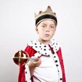 14345502-petit-garcon-drole-habille-comme-un-roi (1)